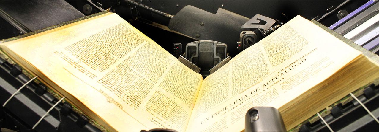 libro abierto sobre un escaner