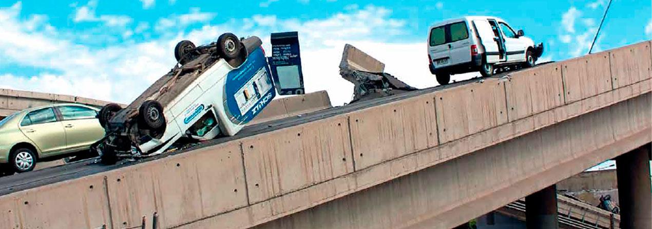 carretera caída con autos volcados producto de un terremoto