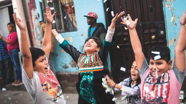 grupo de niños inmigrantes peruanos, inmigración