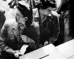fotografía antigua que muestra a dos mujeres ante una urna electoral