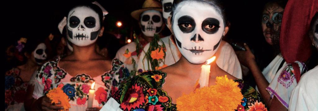 mujeres con maquillaje recreando la muerte según la tradición mexicana