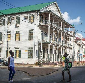 casa de madera  tres pisos en Surinam