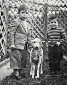 fotografía antigua donde aparecen los hermanos Fabían e Iván Jaksic de niños