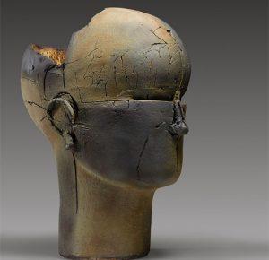 obra de Benajmín Lira que muestra una cabeza con el craneo quebrado