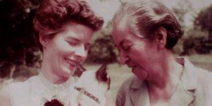 fotografía de Gabriela Mistral junto a Doris Dana