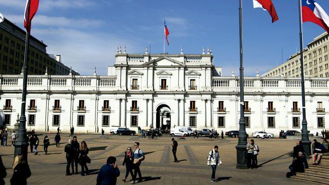 en la fotografía el palacio de gobierno La Moneda vista desde la plaza Constitución