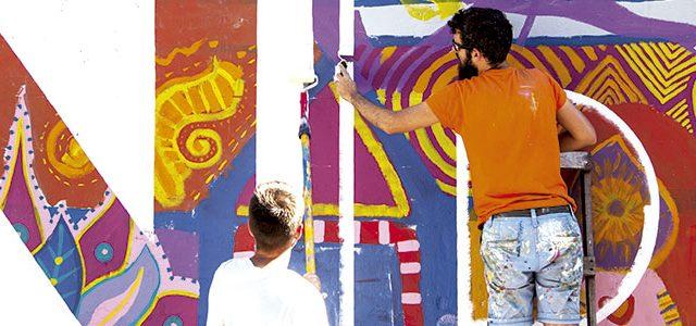 jóvenes pintando un mural, artes