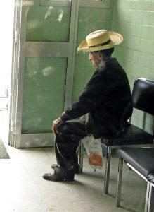 adulto mayor sentado con una sonda en su mano