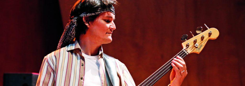 Daniel Hurtado Sepúlveda tocando el bajo
