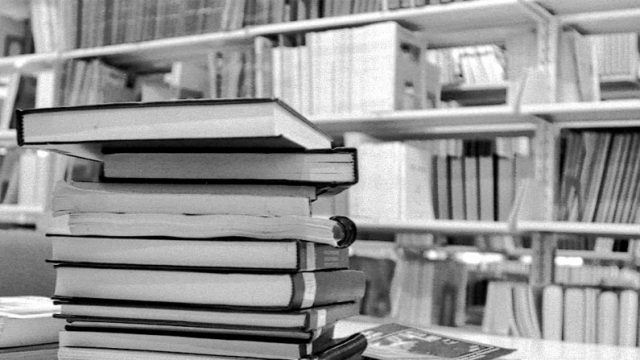libros sobre una mesa