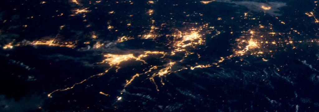 vista aérea nocturna se observa la contaminación lumínica