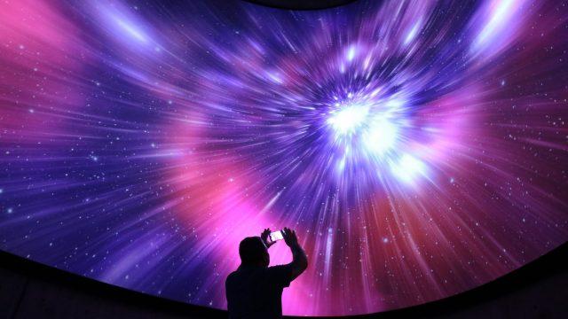 persona tomando una fotografía desde un observatorio, alude a Astronomía astronómico