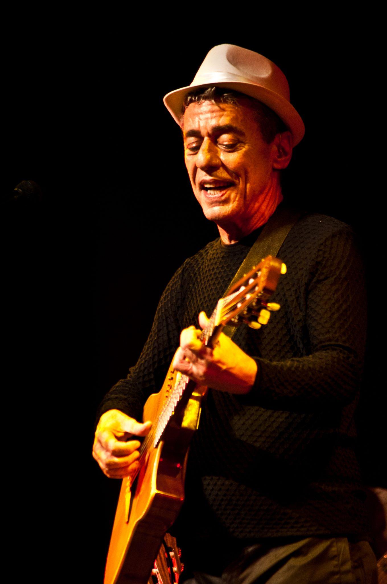 fotografía del artista Chico Buarque tocando guitarra
