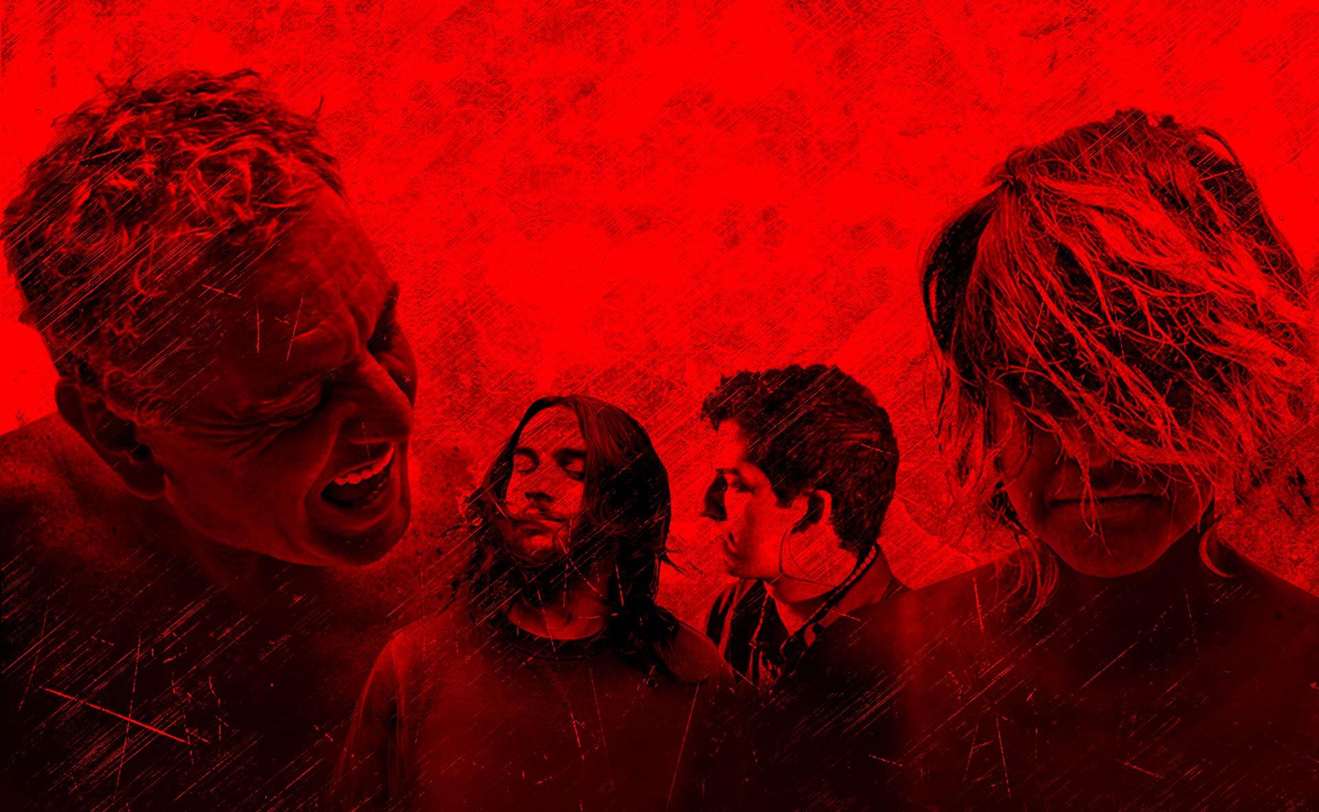 en la imagen cuatro personas sobre un fondo rojo