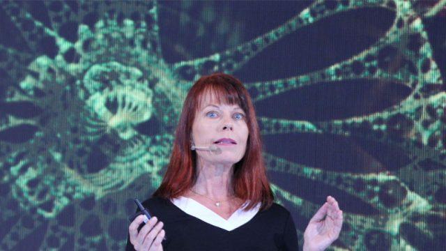 Mariana Krause dando una charla