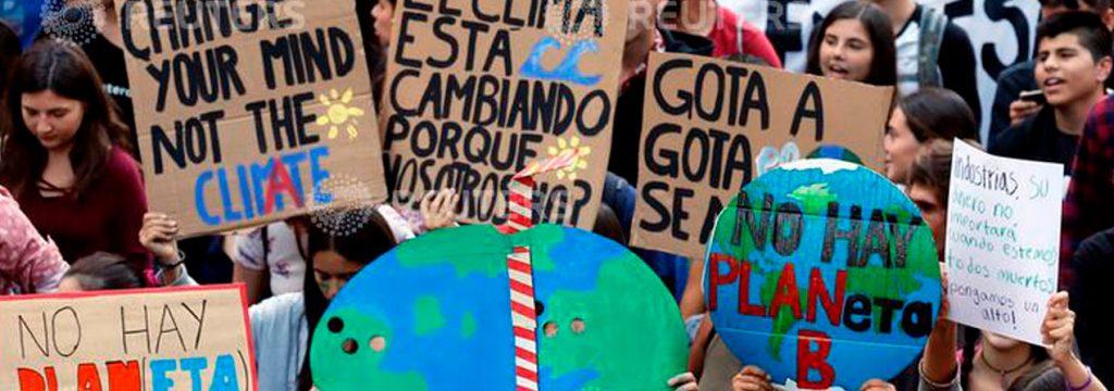 jóvenes protestando por el cambio climático