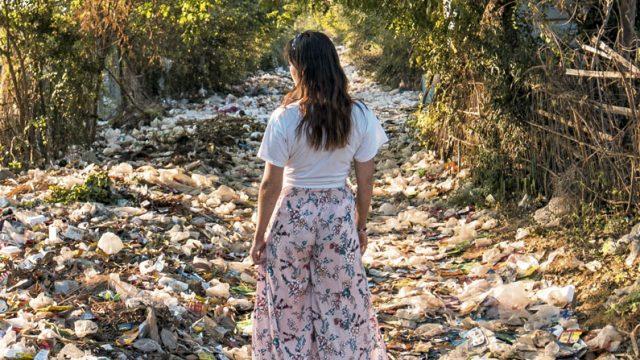mujer entre basura