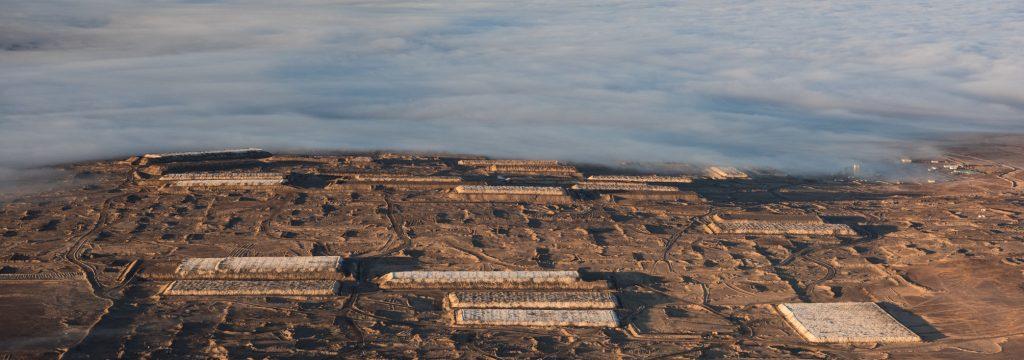 se ve un pedazo de terreno abandonado y al fondo nubes
