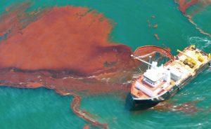 barco derramando petróleo