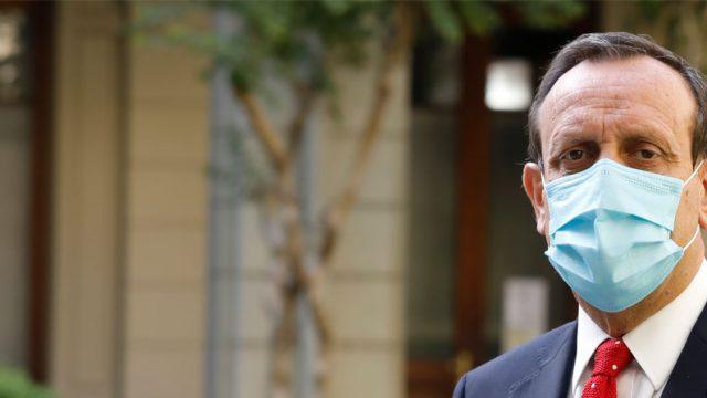 rector Ignacio Sánchez con mascarilla en el patio de Casa Central UC