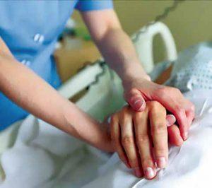enfermera tomando la mano de un paciente