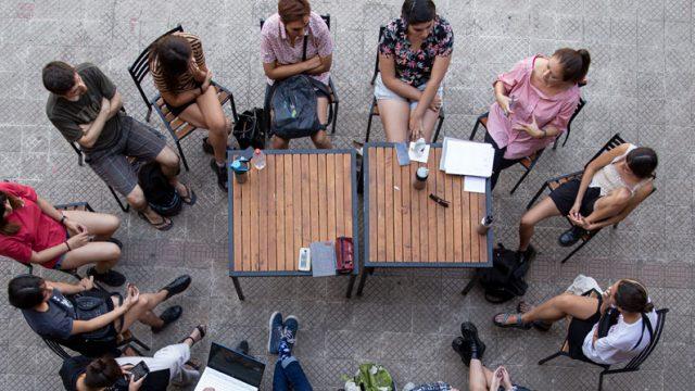 estudiantes debatiendo en el patio de casa central UC