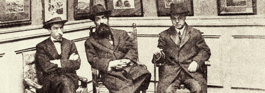 Fotografía antigua done aparecen sentados Pedro Prado, Manuel Magallanes y Alberto Ried