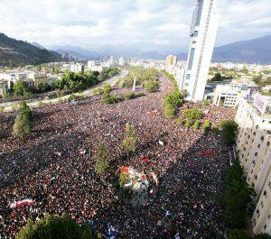en la fotografía la protesta masiva en plaza Italia