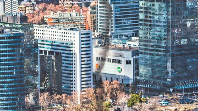 en la fotografía la ciudad de Santiago dividida haciendo alusión a una crisis