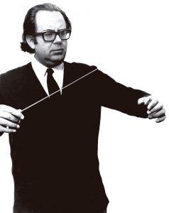 En la fotografía Fernando Rosas dirigiendo una orquesta