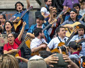 en la fotografía personas protestando con guitarras