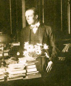 Pedro Prado en un rincón de su biblioteca