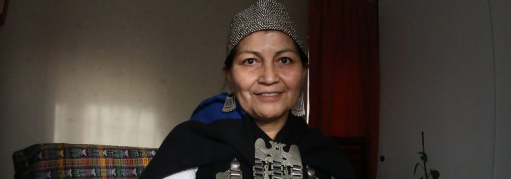 Fotografía de Elisa Loncon con vestimenta mapuche