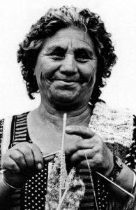 En la fotografía una mujer tejiendo