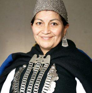 Fotografía de Elisa Loncon con las vestiduras típicas mapuce