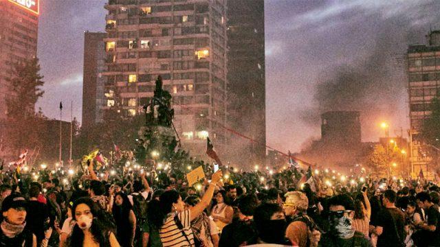 Fotografía que muestra a gente protestando en plaza Italia