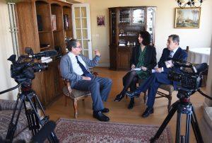 En la fotografía Pedro Morandé sentado en el living de su casa siendo entrevistado por Eliana Rozas y Claudio Rolle