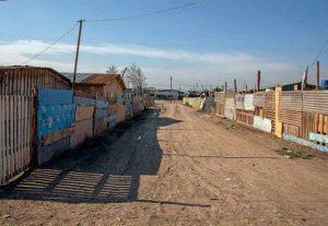 Calle de tierra con casas de un campamento