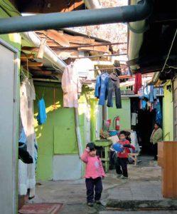 Niños dentro de casas de un campamento