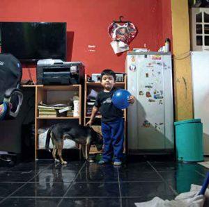 Hijo de Marlene Barría dentro de su casa