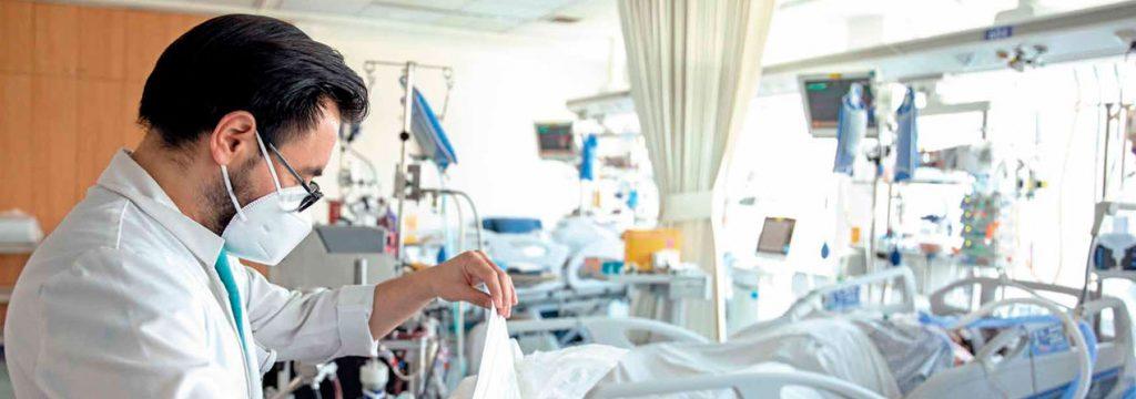 doctor revisando la hoja de un paciente covid