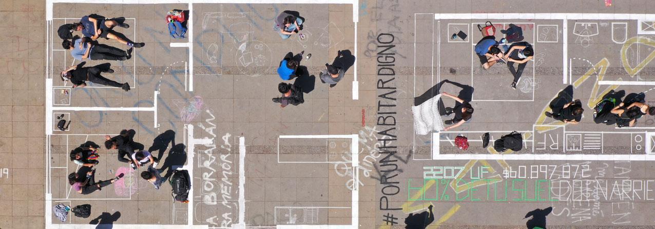 pavimento con un plano de una casa pintado y gente sobre el